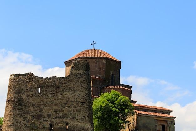 Vista sul monastero di jvari, monastero ortodosso del vi secolo sulla cima rocciosa della città vecchia di mtskheta (patrimonio mondiale dell'unesco), georgia