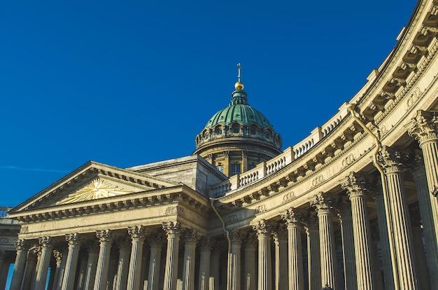 Visualizza la cattedrale di kazan nella mattina del cielo blu di san pietroburgo.