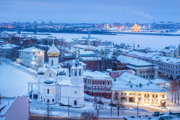 Vista della chiesa di kazan dall'altezza del cremlino a nizhny novgorod in inverno
