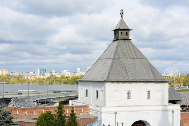 Vista del cremlino di kazan con il palazzo presidenziale, la cattedrale dell'annunciazione, la torre soyembika, la moschea qolsharif dall'argine. al mattino in una giornata nuvolosa.