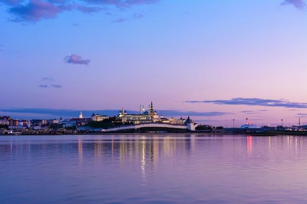 Vista del cremlino di kazan con il palazzo presidenziale, la cattedrale dell'annunciazione, la torre soyembika, la moschea qolsharif dall'argine vicino al centro della famiglia e il matrimonio con il cielo azzurro. tramonto.