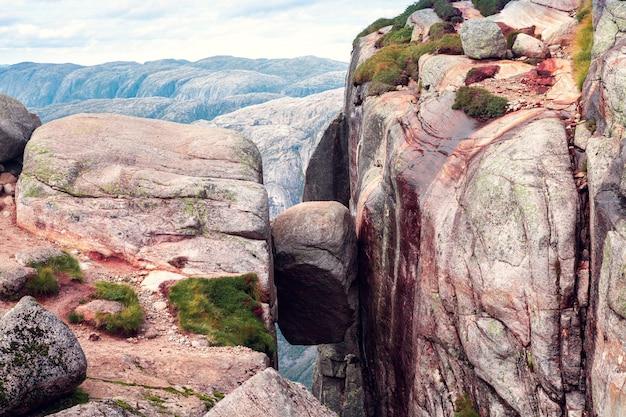 Vista della pietra kjerag nelle montagne della norvegia