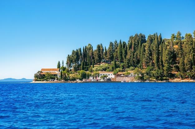 La vista della baia di kouloura dal mare a corfù in grecia