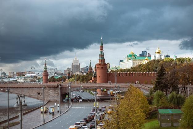 Vista del cremlino e del grande ponte zamoskvoretsky con traffico in una giornata nuvolosa
