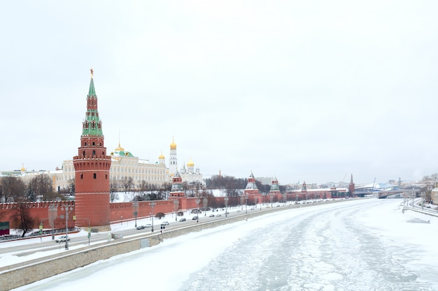 Vista del cremlino con il fiume di mosca in inverno.