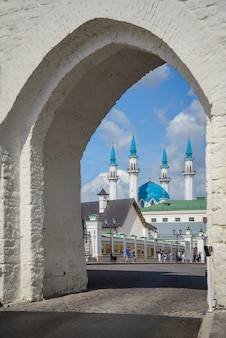 Vista della moschea kul sharif attraverso l'arco del cremlino