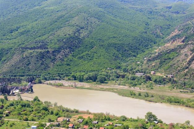 Vista sul fiume kura (mtkvari) nelle montagne del caucaso, georgia