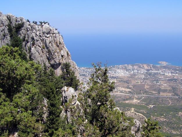 Vista della città di kyrenia dal castello di st hilarion. distretto di kyrenia, cipro.