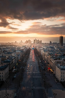 Vista del distretto finanziario di la defense e del viale grande armée visto dal tetto superiore dell'arc de triomphe (arco di trionfo) a parigi, francia.
