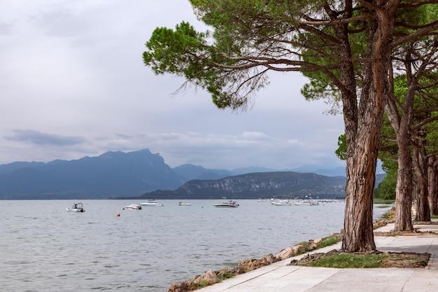 Vista del lago di garda dalla passeggiata in italia