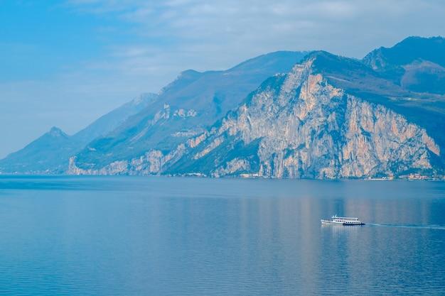 Vista del lago di garda dalla torre nella città di malcesine. italia. una vista dei tetti di tegole della città italiana. lago di garda riva del garda.