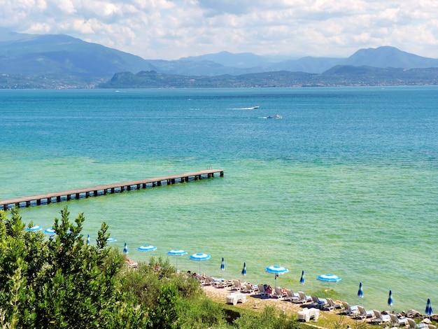 Vista sul lago di garda in italia montagne spiaggia