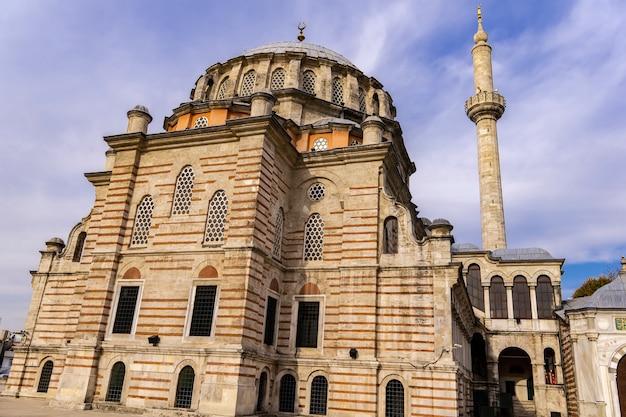 Vista alla moschea laleli (tulipano) ad istanbul in turchia
