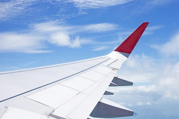 Vista della terra, della nuvola e dell'ala dell'aeroplano dalla finestra