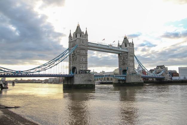 Vista del punto di riferimento del tower bridge di londra nel regno unito prima del tramonto