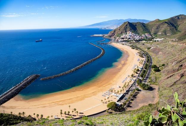 Vista della spiaggia di las teresitas, tenerife, spain