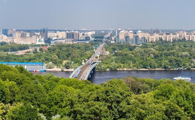 Vista della riva sinistra del fiume dnepr a kiev, ucraina