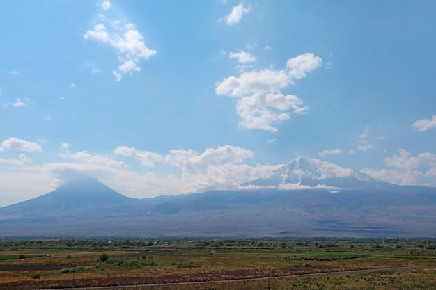 Vista di little ararat e greater ararat come si vede dalla città di artashat