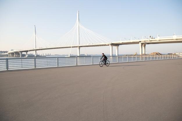 Vista di un ciclista solitario sul lungomare