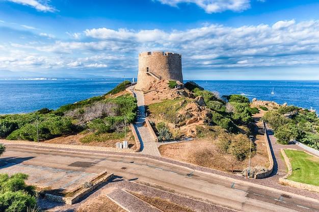 Vista della torre longonsardo o torre spagnola, punto di riferimento iconico a santa teresa gallura, situata sulla punta settentrionale della sardegna, in provincia di sassari, italia