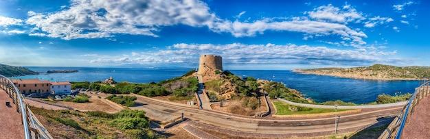 Vista della torre di longonsardo o torre spagnola, punto di riferimento iconico a santa teresa gallura, situata sulla punta settentrionale della sardegna, in provincia di sassari, italia