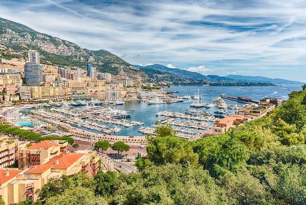 Vista su yacht e appartamenti di lusso a monte carlo, monaco Foto Premium
