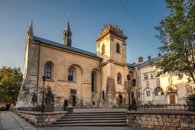Vista della città vecchia di lviv nel centro della città di lviv, ucraina