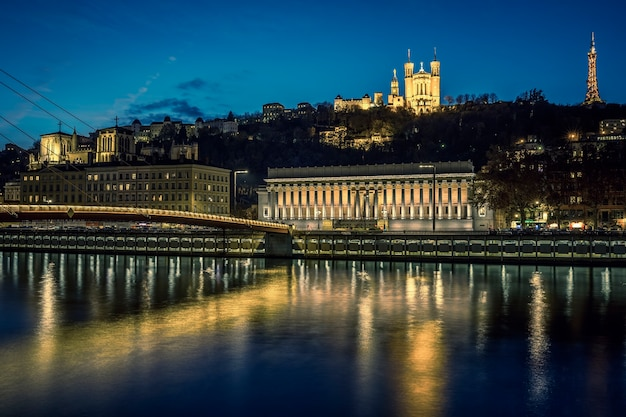 Vista di lione e del fiume saona di notte, francia.