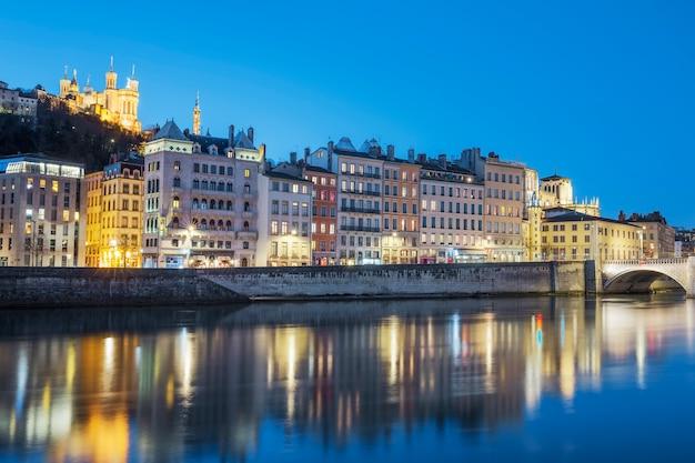 Vista di lione con il fiume saone di notte, francia.
