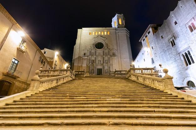 Vista della facciata principale della cattedrale medievale di girona in stile gotico catedral de santa maria de gerona nell'illuminazione notturna. girona, catalogna, spagna.