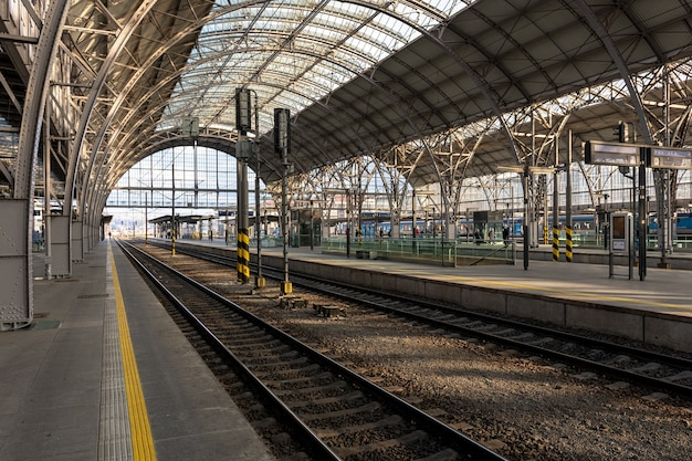 Vista della stazione ferroviaria principale di praga, repubblica ceca.