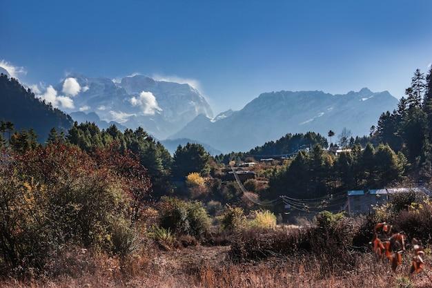 Vista di manaslu ottomila dalla pista intorno ad annapurna in nepal