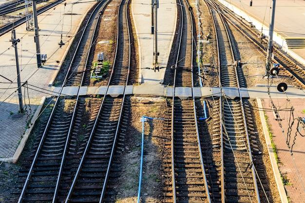 Vista su molti binari ferroviari e incroci