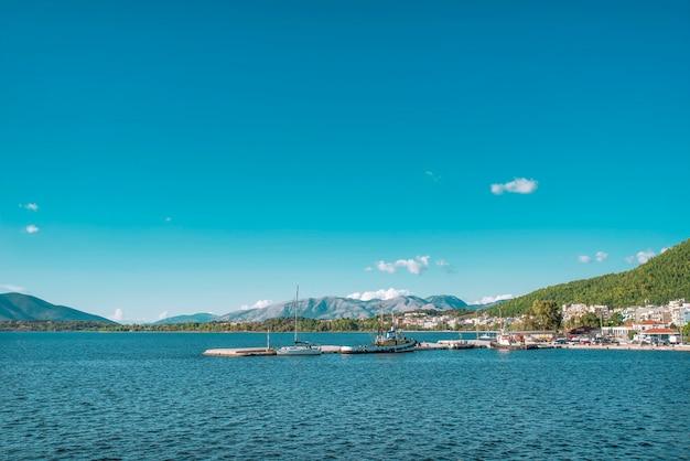 Vista di molti yacht bianchi nel mare ionico vicino all'isola di corfù