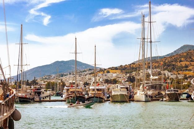 Vista di molti yacht e barche ormeggiate al porto di bodrum in una soleggiata giornata estiva.