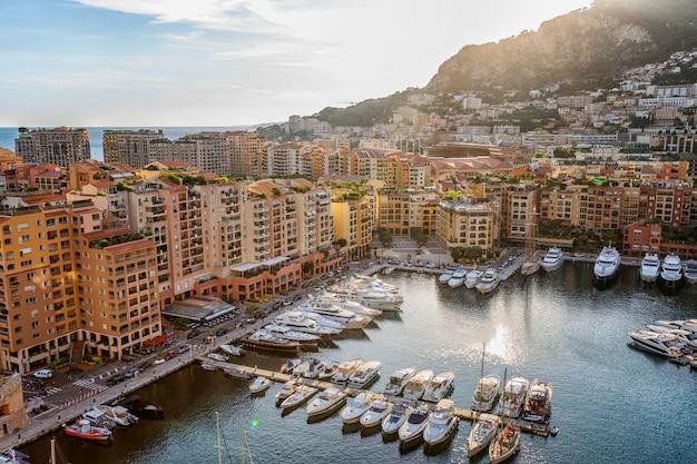 Vista sul porto turistico e case di lusso nella ricca città europea sulla costa azzurra.