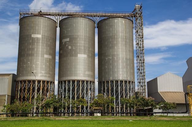 Vista del serbatoio dei silos di prato contro il cielo blu