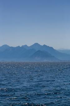 Vista del mar mediterraneo contro le alte montagne del taurus