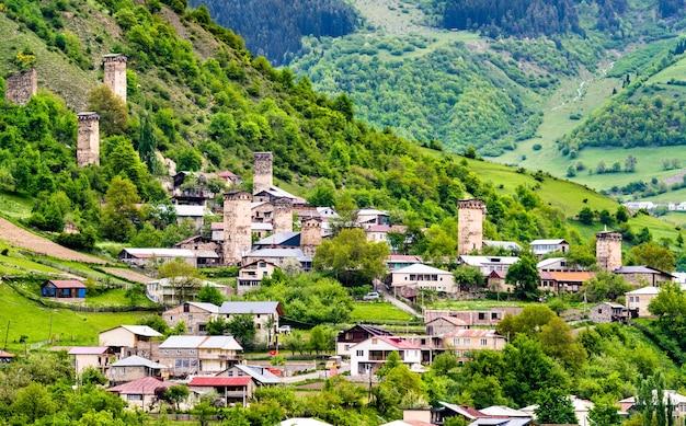 Veduta di mestia con le tipiche case a torre. svaneti superiore, georgia