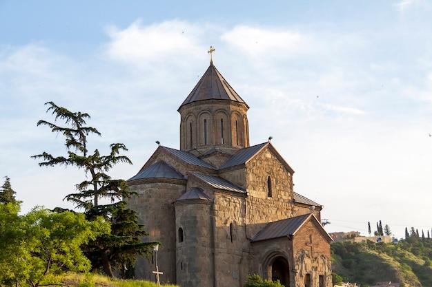 Vista sulla chiesa di metekhi a tbilisi, georgia. vecchia tbilisi.