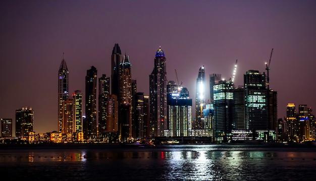 Vista dei grattacieli moderni nella residenza della spiaggia di jumeirah