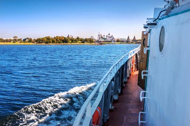 Vista del monastero sulle isole solovetsky dal ponte di una nave sotto i raggi del sole autunnale e del mar bianco