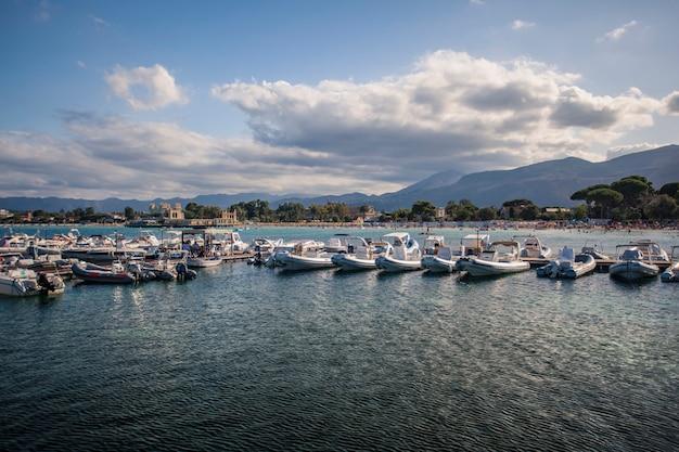 Veduta di mondello dove si possono vedere le barche del mare e l'intero panorama sullo sfondo.