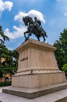 Vista al monumento a giuseppe garibaldi di pietro bordini nel 1887 in piazza indipendenza a verona, italia