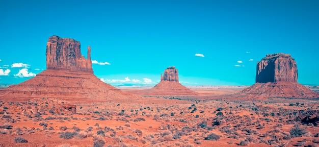 Vista della monument valley sotto il cielo blu, usa