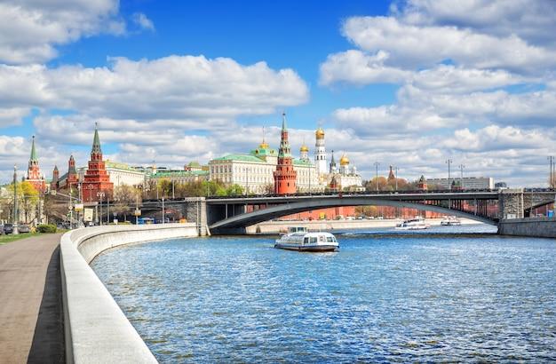 Una vista del cremlino di mosca dall'argine del fiume moskva