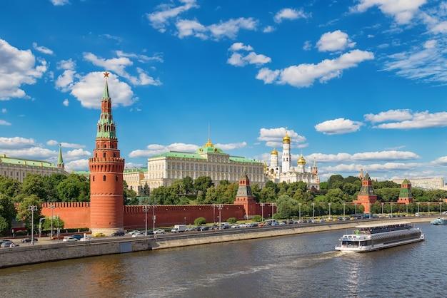 Vista al cremlino di mosca e kremlevskaya terrapieno dal ponte bolshoy kamenny mosca russia
