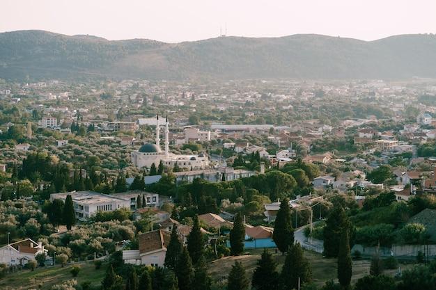 Vista della moschea dal centro storico di bar in montenegro