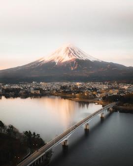 Vista del monte fuji e del lago kawaguchi, giappone