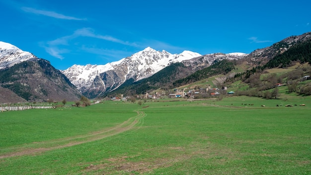 Vista del monte tetnuldi dal villaggio di tsaldashi, svaneti, georgia
